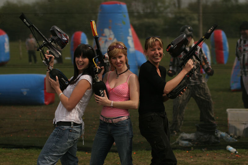 girls-with-paintball-guns